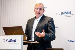 Dr. Meinrad Lugan, BVMed-Vorstandsvorsitzender, bei der Presseveranstaltung zur Vorstellung der Herbstumfrage (Foto: BVMed)