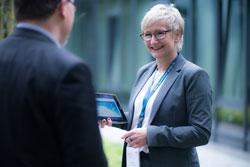 Angela Hemme, Account Director bei face to face, präsentiert auf der Fachmesse expopharm die neue Seminarreihe 'Wissen+' (Foto: face to face)